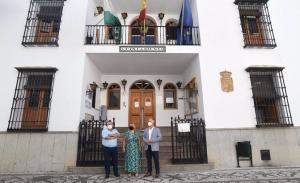 Responsables municipales y de Diputación, en la puerta del Ayuntamiento de La Zubia.