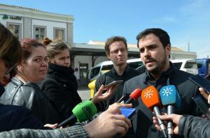 Alberto Garzón atiende a los medios este miércoles en Granada.