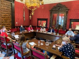 Reunión del alcalde, Francisco Cuenca, con los diez concejales socialistas, este jueves.