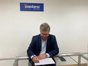 Fran Hervías firmando su aval a Juan Manuel Moreno.