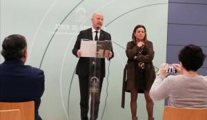 Javier Imbroda, con la viceconsejera de Educación, en una comparecencia en Granada.