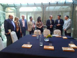Las delegaciones de Ciudadanos y del PP, antes de la reunión de hoy.