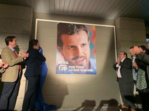 Cartel de Pablo Casado a las puertas de la sede provincial.