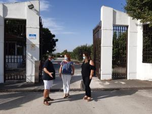 Miembros de IU, a las puertas del vivero.