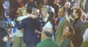 Beatriz Sánchez saluda a Abascal en el acto de Vistalegre del pasado fin de semana.