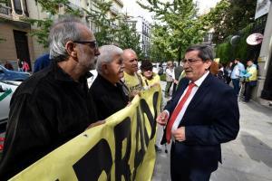 Entrena conversa con los representantes de la Marea Amarilla el día de la visita del ministro.