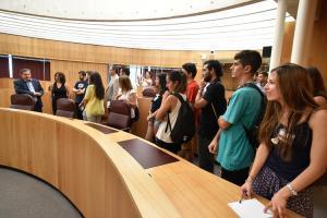 Los jóvenes conocen la Diputación de la mano de su presidente, José Entrena.