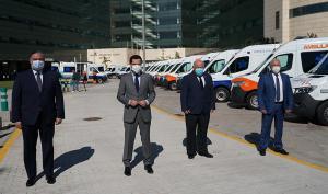 El presidente de la Junta, este miércoles en Granada, acompañado entre otros por el consejero de Salud y Familias.