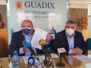 José Robles y Jesús Lorente en el Ayuntamiento de Guadix.
