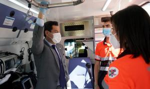 Juan Manuel Moreno, este miércoles en la presentación de una flota de ambulancias en Granada.