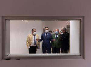 Juan Manuel Moreno, con los consejeros Jesús Aguirre y Rogelio Velasco, en su visita al Hospital Macarena.