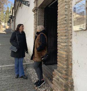 Raquel Ruz y María de Leyva, ante el Palacio de los Córdova.
