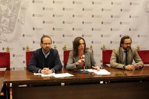 Rocío Díaz flanqueada por Antonio Granados y Francisco Ledesma.