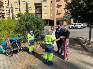 El alcalde y las concejalas de Mantenimiento y Medio Ambiente, en la visita a distritos este lunes.