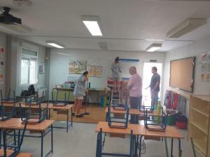 Imagen de tareas de limpieza en un colegio de Monachil.