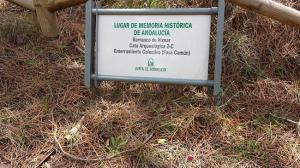 Placa indicando una de las fosas del Barranco de Víznar.