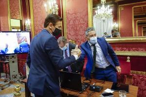 Luis Salvador saluda a Manuel Olivares tras la aprobación de los presupuestos.