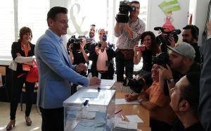 Luis Salvador, al votar en el colegio Alcazaba.