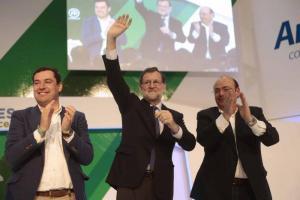 Mariano Rajoy flanqueado por Juan Manuel Moreno y Sebastián Pérez.
