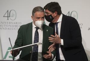 Juan Marín conversa con Elías Bendodo al inicio de la rueda de prensa.