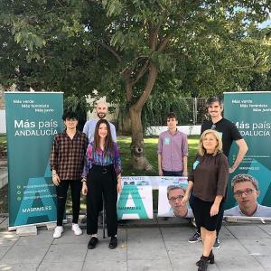 Imagen de archivo de Ana Terrón (a la izquierda) con otros representantes de Más País Granada en un acto electoral en Motril.