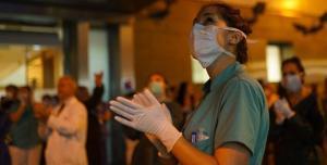 Una profesional sanitaria se unía a la salva de aplausos durante los duros días de la pandemia.