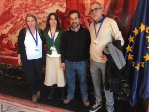 Marta Gutiérrez con Sergio Pascual y los representantes de la Marea Amarilla.