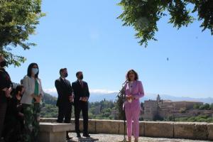 La ministra María Jesús Montero, este viernes en el Mirador de San Nicolás de Granada, durante la atención a medios.