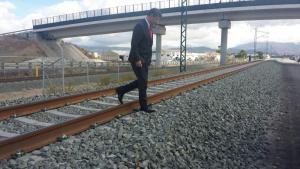 El ministro Rafael Catalá cruza las vías del tren en Granada.