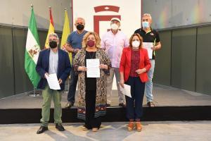 Las diputadas Fátima Gómez y Mari Carmen Pérez con los representantes de los colectivos memorialistas.