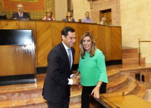 Juanma Moreno saluda a Susana Díaz tras su investidura.