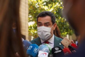 Juan Manuel Moreno atiende a los periodistas en el Parlamento.