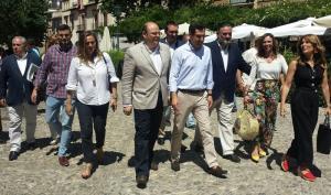 Juan Manuel Moreno, acompañado por Sebastián Pérez y otros cargos del PP granadino, este jueves en Granada.