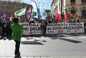Llegada una de las manifestaciones a las puertas de la sede de la Junta.