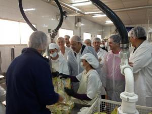 Sebastián Pérez durante su visita a la fábrica.
