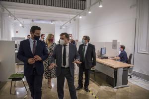 El alcalde, junto a otros concejales, en una visita a las oficinas municipales de Gran Capitán.
