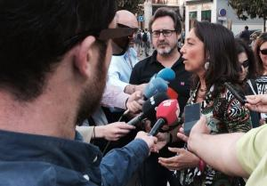 Mayte Olalla atiende a los medios.