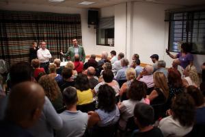 El alcalde, en una de sus reuniones con vecinos en los barrios de Granada.