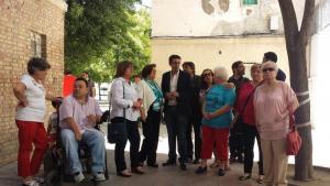 Cuenca con vecinos de Santa Adela y representantes de Stop Desahucios.
