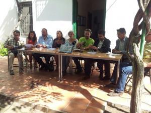 Los candidatos durante la firma.