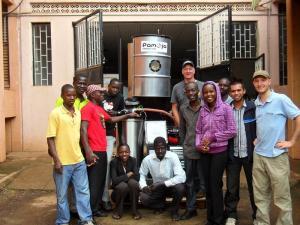Pamoja Cleantech, una empresa que proporciona electricidad a través de biomasa y energía solar a comunidades rurales en Uganda.