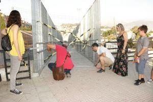 Miembros de Podemos examina la pasarela, aún cerrada al público.