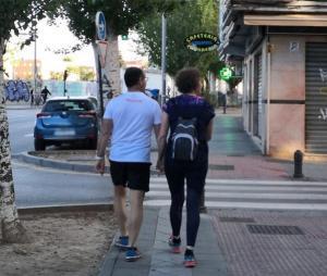 Una pareja pasea por una calle de la capital.