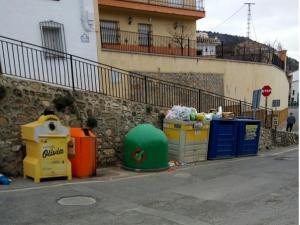 La basura se acumula encima de los contenedores.