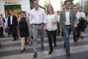 Pedro Sánchez y Susana Díaz pasean por Granada con el alcalde y la secretaria del PSOE granadino acompañados por militantes y simpatizantes.