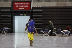 Imagen de archivo de la llegada de personas sin hogar al Palacio de Deportes a finales de marzo.