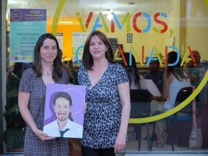 Marta Gutiérrez con la autora del cuadro.
