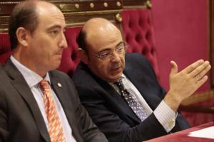 Juan García Montero, junto a Sebastián Pérez en un pleno de 2015.