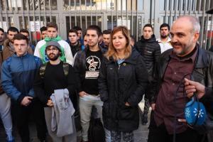Los parlamentarios de Podemos con estudiantes de FP.