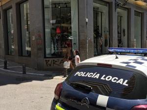 Patrulla de la Policía Local de Granada en la Plaza de la Trinidad.